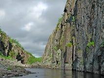 Naturaleza flyfishing de la pesca de la trucha de color salmón del río de la aventura del viaje de Kola Peninsula de la roca de l Fotografía de archivo libre de regalías