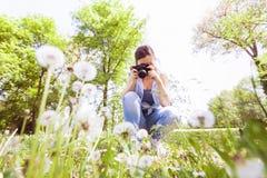 Naturaleza fotografiada femenina con la cámara vieja retra Fotos de archivo libres de regalías