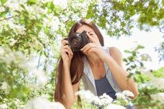 Naturaleza fotografiada femenina con la cámara vieja retra Imagen de archivo