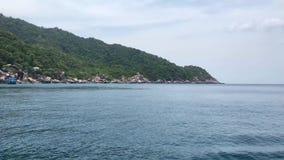 Naturaleza hermosa de la vista lateral de la orilla con el fondo claro del mar almacen de video
