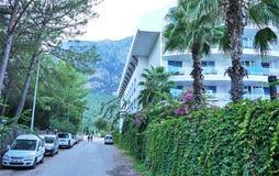 Naturaleza hermosa de Turqu?a, hoteles hermosos y tiempo soleado La ubicaci?n de Turqu?a, provincia de Kemer, permite que usted s foto de archivo