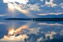 Naturaleza increíblemente hermosa Fotografía del arte Diseño de la fantasía Fondo creativo Puesta del sol colorida asombrosa Lago fotos de archivo libres de regalías