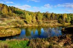 Naturaleza, río y bosque otoñales Foto de archivo libre de regalías
