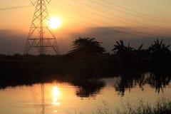Naturaleza y edificio en puesta del sol imagenes de archivo