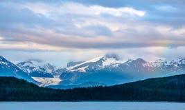Naturaleza y montaña de Alaska en junio en la puesta del sol Imagen de archivo libre de regalías