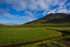 Naturaleza y puesta del sol de Islandic, en el camino, montañas, hierba verde fotos de archivo