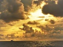 Naturaleza y puesta del sol hermosa en la bahía Miri Sarawak Malaysia de la cabaña de los Cocos fotos de archivo libres de regalías