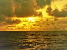 Naturaleza y puesta del sol hermosa en la bahía Miri Sarawak Malaysia de la cabaña de los Cocos foto de archivo