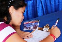 Naturaliserad medborgare som registrerar för att rösta royaltyfri fotografi