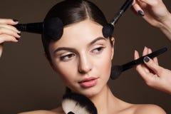 Naturalmente mujer con los cepillos del maquillaje Imágenes de archivo libres de regalías