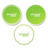 Naturalmente 100 por cento Um grupo de etiquetas verdes no estilo 3d Gotas de fluxo da água Produto natural Etiqueta ecológica Il Fotos de Stock