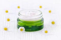 Naturalna śmietanka z chamomile w zielonego szkła słoju Obrazy Royalty Free