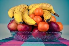 Naturalna świeża życiorys wybrana owoc w szklanym pucharze na kuchennym kontuarze obraz stock