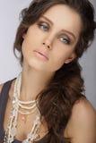 Naturalna brunetka z Perłową kolią z koralikami fotografia royalty free