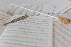 Naturalna dyrygent batuta na orkiestralnym wyniku fotografia stock