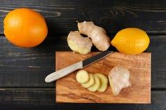 Naturalna grypa i zimny remedium - pomarańcze i cytryny owoc, świeży ging fotografia stock