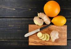 Naturalna grypa i zimny remedium - pomarańcze i cytryny owoc, świeży ging fotografia royalty free