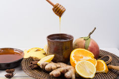 Naturalna grypa i zimny remedium - pomarańcze i cytryny owoc, świeży ging zdjęcie stock