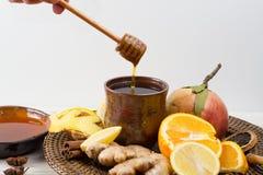 Naturalna grypa i zimny remedium - pomarańcze i cytryny owoc, świeży ging obrazy stock