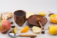 Naturalna grypa i zimny remedium - pomarańcze i cytryny owoc, świeży ging obraz royalty free