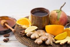 Naturalna grypa i zimny remedium - pomarańcze i cytryny owoc, świeży ging zdjęcia stock