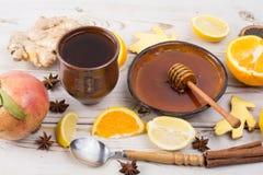 Naturalna grypa i zimny remedium - pomarańcze i cytryny owoc, świeży ging zdjęcia royalty free