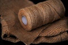 Naturalna jutowa dratwy rolka, burlap na czarnym tle Dostawy i narzędzia dla handmade hobby czasu wolnego Obrazy Royalty Free