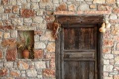 Naturalna kamienna fasada i stary drewniany drzwi Fotografia Royalty Free