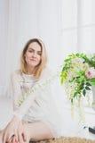 Naturalna młoda kobieta pozuje z kwiatami Fotografia Royalty Free