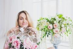 Naturalna młoda kobieta pozuje z kwiatami Obraz Royalty Free