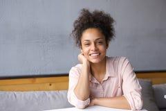 Naturalna młoda kobieta ono uśmiecha się indoors Fotografia Royalty Free