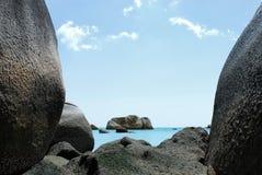 Naturalna popielata rockowa formacja w błękitnym morzu przy Belitung wyspą Obrazy Royalty Free