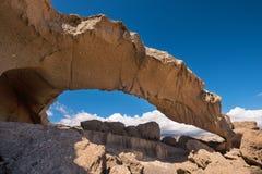 Naturalna powulkanicznej skały łuku formacja w desertic krajobrazie w Tenerife, wyspy kanaryjska, Hiszpania zdjęcie royalty free