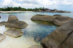 Naturalna rockowa formacja w morzu na białej piasek plaży w Belitung wyspie i Zdjęcia Stock