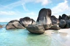 Naturalna rockowa formacja w morzu na białej piasek plaży w Belitung wyspie i Fotografia Royalty Free