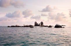 Naturalna rockowa formacja w morzu przy Belitung wyspą w ranku z fiołkiem barwiącym wcześnie chmurnieje w niebie Zdjęcie Stock