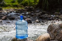 Naturalna woda pitna w wielkiej butelce fotografia royalty free