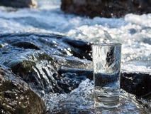 Naturalna woda w szkle Zdjęcia Royalty Free