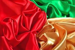Naturalna złota, czerwień i zieleń atłasowa tkaniny tekstura, Obraz Stock