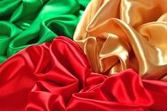Naturalna złota, czerwień i zieleń atłasowa tkaniny tekstura, Obraz Royalty Free
