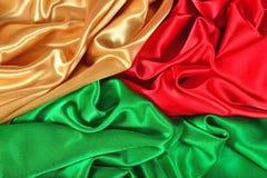 Naturalna złota, czerwień i zieleń atłasowa tkaniny tekstura, Zdjęcia Royalty Free