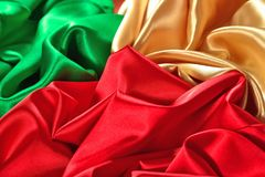 Naturalna złota, czerwień i zieleń atłasowa tkaniny tekstura, Fotografia Stock