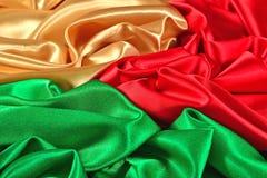 Naturalna złota, czerwień i zieleń atłasowa tkaniny tekstura, Zdjęcie Royalty Free