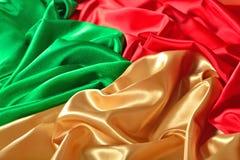 Naturalna złota, czerwień i zieleń atłasowa tkaniny tekstura, Obrazy Royalty Free