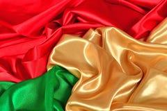 Naturalna złota, czerwień i zieleń atłasowa tkaniny tekstura, Zdjęcia Stock