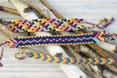 Naturalne bransoletki przyjaźń, kolorowi textured bransoletek akcesoria Obrazy Stock