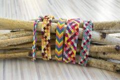 Naturalne bransoletki przyjaźń, kolorowi textured bransoletek akcesoria Obrazy Royalty Free