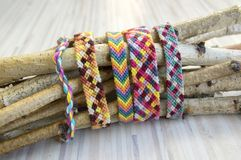 Naturalne bransoletki przyjaźń, kolorowi textured bransoletek akcesoria Fotografia Royalty Free