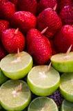 Naturalne czerwone truskawki i pokrojona cytryna zdjęcie royalty free