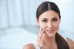 naturalne piękno Kobieta Z Piękną twarzą, Miękka Zdrowa skóra obrazy stock